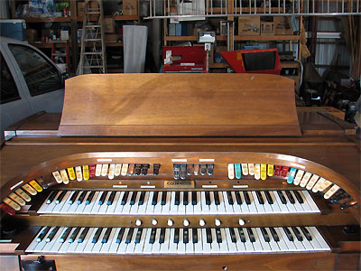Click here to download a 2592 x 1944 JPG image showing the playing table of the Mighty Gulbransen analogue electronic theatre organ at the residence of Charles Fultz.