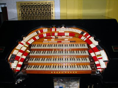 Click here to download a 2592 x 1944 JPG image showing the console of the 4/24 Mighty WurliTzer Theatre Pipe Organ at the Masonic Temple in Cleveland, Ohio..