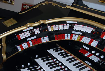 Click here to download a 2896 x 1944 JPG image showing the the left bolster of the Mighty Allen GW319EX Digital Theatre Organ.