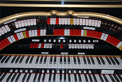 Click here to download a 2896 x 1944 JPG image showing the center bolster and fall board of the Mighty Allen GW319EX Digital Theatre Organ.
