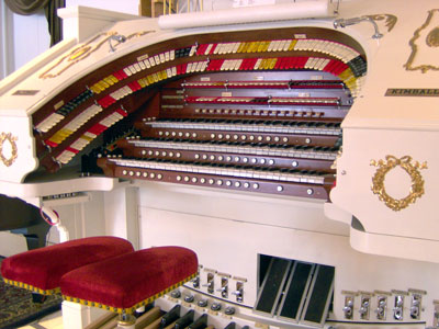 Click here to download a 2048 x 1536 JPG image showing the keydesk of Bob Markworth's 3/24 Mighty Kimball Theatre Pipe Organ.
