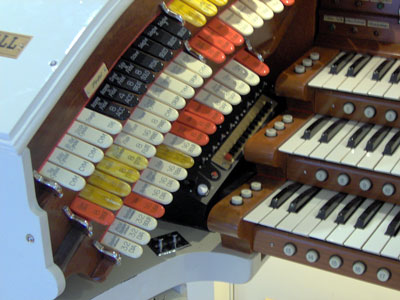 Click here to download a 2048 x 1536 JPG image showing the left bolster of Bob Markworth's 3/24 Mighty Kimball Theatre Pipe Organ.