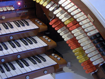 Click here to download a 2048 x 1536 JPG image showing the right bolster of Bob Markworth's 3/24 Mighty Kimball Theatre Pipe Organ.