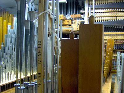 Click here to download a 2048 x 1536 JPG image showing chamber of Bob Markworth's 3/24 Mighty Kimball Theatre Pipe Organ.