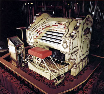 Click here to visit the offocial Portland Oregon Organ Grinder Pizza page and learn about the 4/51 Mighty WurliTzer Theatre Pipe Organ Jonas Nordwall played in the medley below.