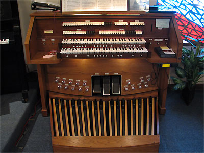 Click here to download a 2592 x 1944 JPG image showing the console of the Rodgers 755 Digital Church Organ with the bench set aside.