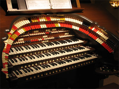 Click here to download a 2592 x 1944 JPG image showing the keydesk of the 3/45 Mighty Walker Digital Theatre Organ.