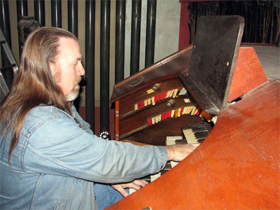 Click here to download a 2592 x 1944 JPG image showing Greg Rister at console of the Granada Theatre's 4/24 Mighty Robert Morton/WurliTzer Theatre Pipe Organ.