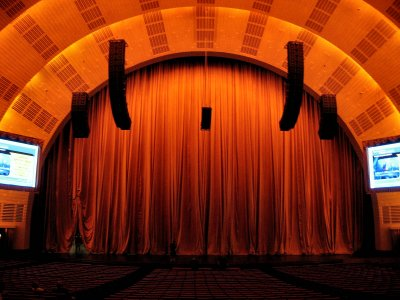Click here to download a 1600 x 1200 JPG image showing the stage of the Radio City Music Hall.