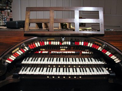 Click here to download a 2592 x 1944 JPG image showing the playing table of the Rosen Roxy 2/11 Mighty WurliTzer Theatre Pipe Organ installed at the Rosen Residence in Chatsworth, California.