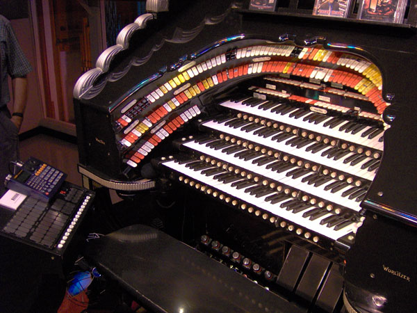 Click here to download a 2048 x 1536 JPG image showing the jet black console of the 4/42 Mighty WurliTzer Theatre Pipe Organ.
