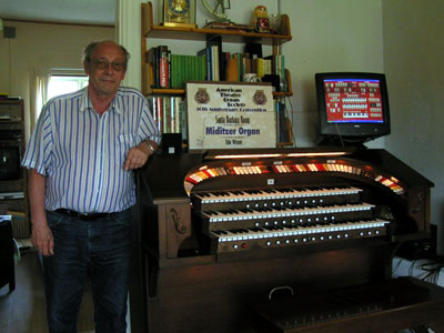 Click here to download a 1024 x 768 JPG image of Per Schultz and his Mighty Rodgers Theatre Organ at the Walnut Hill Wall of Fame.