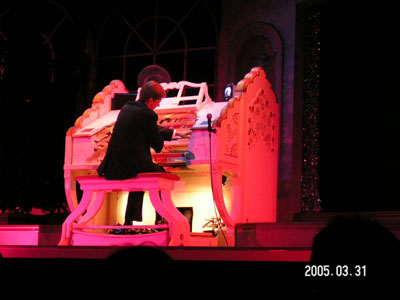 Click here to download an 800 x 600 JPG image of Robert Wolfe at the Thursford 3/19 Mighty WurliTzer Theatre Pipe Organ.