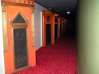 Click here to download a 640 x 480 JPG image showing the hallway leading to the Royalty Box.