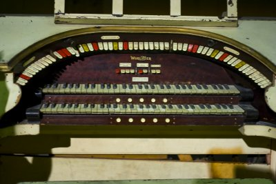 Click here to download a 3456 x 2304 JPG image showing the playing table of the 2/7 Mighty WurliTzer Theatre Pipe Organ console.