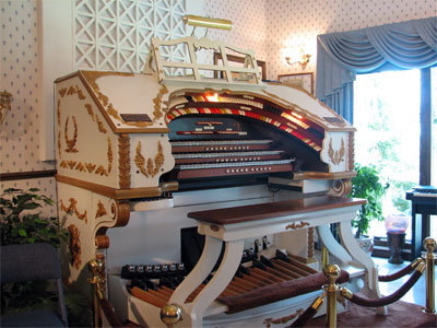 Click here to download a 2592 x 1944 JPG image showing the console of the 3/17 Mighty WurliTzer at the residence of Dorothy Steiner in Baltic, Ohio.