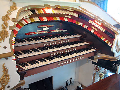 Click here to download a 2592 x 1944 JPG image showing the playing table of the 3/17 Mighty WurliTzer Theatre Pipe Organ.