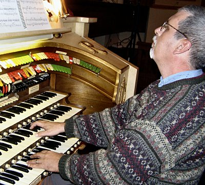 Click here to download a x JPG image showing Tom Hoehn at the console of the 3/11 Mighty Möller Theatre Pipe Organ installed at the Rylander Theatre in Americus, Georgia.