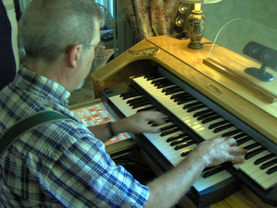 Click here to download a 2048 x 1536 JPG image of Tom Hoehn playing Dan Rowland's Mighty MidiTzer!