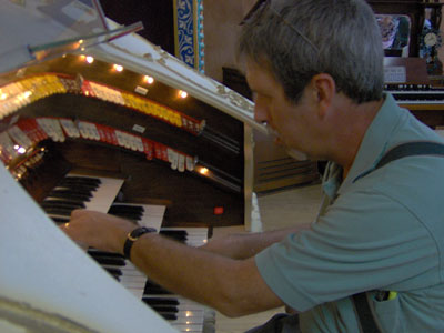 Click here to download a 2048 x 1536 JPG image of Tom Hoehn at the console of<BR>the Mighty 3/12 Page Theatre Pipe Organ