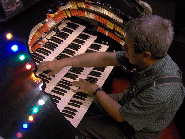 Click here to download a 2048 x 1536 pixel image of Tom Hoehn at the console of the Roaring 20's Pizza and Pipes 4/42 Mighty WurliTzer Theatre Pipe Organ.
