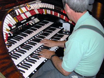 Click here to download a 2048 x 1536 JPG image of Tom Hoehn at the console of the Tampa Theatre 3/14 Mighty WurliTzer Theatre Pipe Organ.