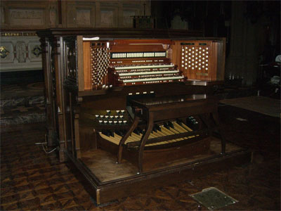 Click here to download a 1200 x 900 JPG image showing the console of the Trinity Organ.