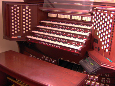 Click here to download a 2048 x 1536 JPG image showing the beautiful console of the massive 4/93 Rodgers/Ruffatti/Wicks Church Pipe Organ.